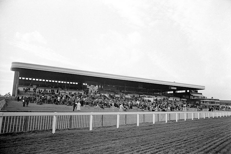 Grandstand at Kempton in 1980 - PA images.jpg